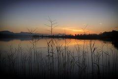 Un bello tramonto in un lago fotografia stock libera da diritti