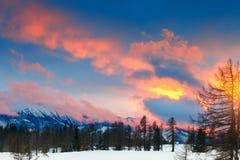 Un bello tramonto nelle alpi Paesaggio della montagna di inverno Immagine Stock Libera da Diritti
