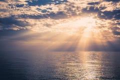 Un bello tramonto sopra il mare Fotografia Stock Libera da Diritti