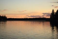 Un bello tramonto sul lago fotografia stock libera da diritti