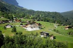 Un bello villaggio alpino in alpi svizzere Immagine Stock Libera da Diritti