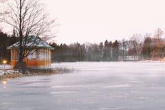 Un belvédère à côté d'un lac congelé quelque part en Scandinavie image stock
