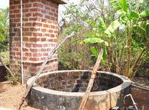 Un ben- scavato ben- dell'acqua in un villaggio indiano immagini stock