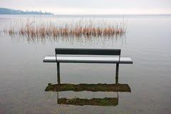 Un benche nel parco, dal lago, fotografie stock libere da diritti