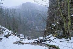 Un benche nelle montagne selvagge immagini stock libere da diritti