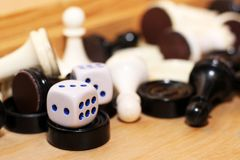 Un bianco di paia dei dadi e degli scacchi Immagini Stock