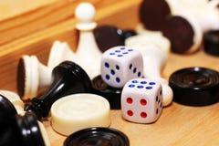 Un bianco di paia dei dadi e degli scacchi Fotografia Stock Libera da Diritti
