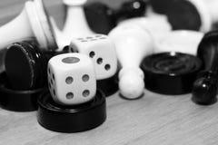 Un bianco di paia dei dadi e degli scacchi Immagini Stock Libere da Diritti