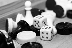 Un bianco di paia dei dadi e degli scacchi Immagine Stock