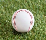 Un bianco ha usato il baseball sull'erba verde fresca Fotografia Stock Libera da Diritti
