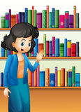 Un bibliotecario davanti agli scaffali per libri con i libri Fotografie Stock Libere da Diritti