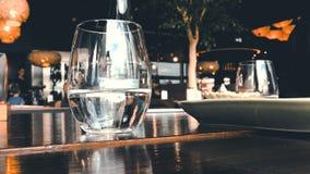 Un bicchiere d'acqua in un ristorante