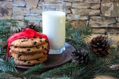 Un bicchiere di latte e biscotti per Santa immagine stock libera da diritti