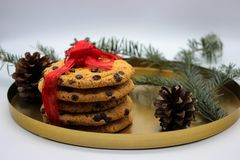 Un bicchiere di latte e biscotti per Santa Concetto di notte di Natale fotografia stock libera da diritti
