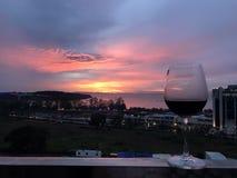 Un bicchiere di vino contro il tramonto Cambogia fotografia stock