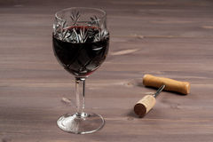 Un bicchiere di vino e un sughero con una cavaturaccioli Fotografia Stock