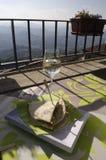 Un bicchiere di vino e una pita sul terrazzo Montagne vaghe su Th Immagini Stock