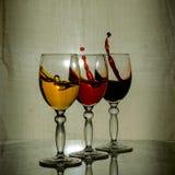 Un bicchiere di vino e uno spruzzo immagine stock