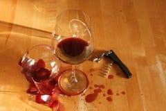 Un bicchiere di vino rotto Immagini Stock