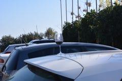 Un bicchiere di vino sul tetto dell'automobile immagini stock libere da diritti