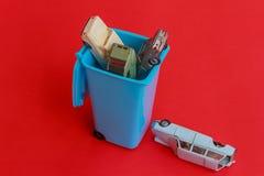 Un bidone della spazzatura dentro con le auto usate Immagine Stock