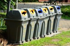 Un bidone della spazzatura separato permette la separazione facile di spreco Fotografia Stock