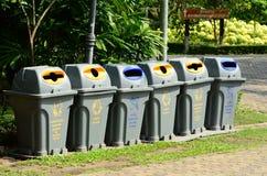 Un bidone della spazzatura separato permette la separazione facile di spreco Immagini Stock