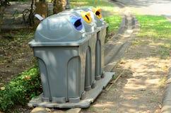 Un bidone della spazzatura separato permette la separazione facile di spreco Fotografie Stock