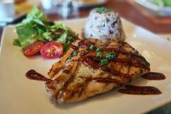 Un bifteck délicieux de poulet de gril du plat blanc Photos stock