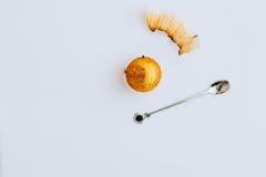 Un bigné arancio su un fondo bianco Fotografia Stock