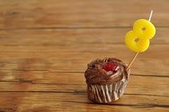Un bigné del cioccolato con una candela di compleanno Fotografie Stock