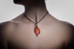 Un bijouterie hecho a mano hermoso en el cuello del ` s de la mujer Foto de archivo