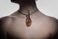 Un bijouterie hecho a mano hermoso en el cuello del ` s de la mujer Imágenes de archivo libres de regalías