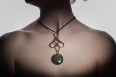 Un bijouterie hecho a mano hermoso en el cuello del ` s de la mujer fotografía de archivo libre de regalías