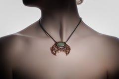 Un bijouterie hecho a mano hermoso en el cuello del ` s de la mujer Imagenes de archivo