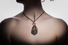 Un bijouterie hecho a mano hermoso en el cuello del ` s de la mujer Fotografía de archivo