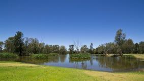 Un billabong de los humedales interior en Dubbo, Nuevo Gales del Sur, Australia Imagen de archivo libre de regalías