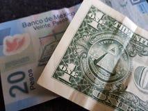 un billet d'un dollar et 20 pesos mexicains dans un billet de banque Photographie stock