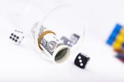 Un billet d'un dollar dans un verre clair Photographie stock libre de droits