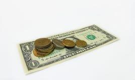 Un billet de banque et pièces de monnaie du dollar Photographie stock libre de droits