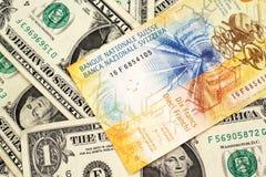 Un billet de banque de franc suisse avec l'Américain billets d'un dollar un image libre de droits