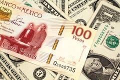 Un billet de banque de peso mexicain avec l'Américain billets d'un dollar un photo stock