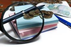 Un billete de banco y monedas Foto de archivo libre de regalías