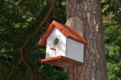 Un Birdhouse dans la neige Photos libres de droits
