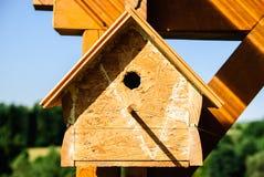 Un Birdhouse nella neve Immagine Stock Libera da Diritti
