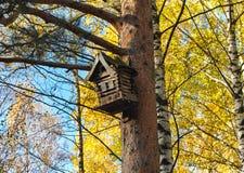Un Birdhouse nella neve Fotografie Stock