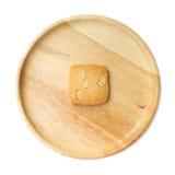 Un biscuit de noix de cajou d'un plat en bois Images libres de droits