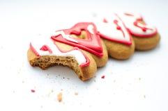 Un biscuit mordu pour le jour du ` s de Valentine ou pour un jour du mariage et des miettes sur un fond blanc photo libre de droits
