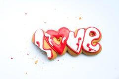 Un biscuit mordu pour le jour du ` s de Valentine ou pour un jour du mariage et des miettes sur un fond blanc image stock