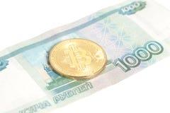Un Bitcoin su mille rubli russe di banconote Fotografie Stock